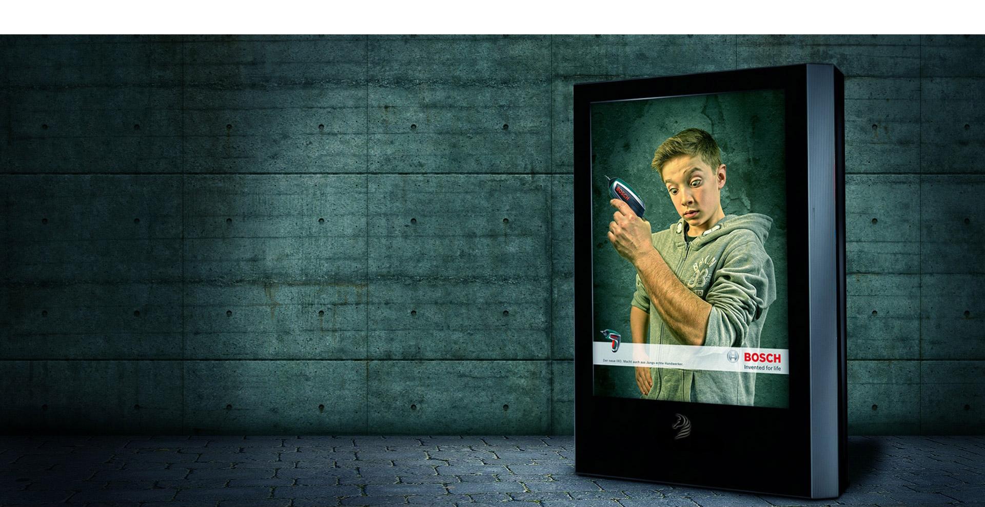 Kreative Werbung - Kampagnenmotiv eines Plakat Displays für den Bosch IXO Akkuschrauber